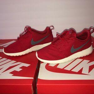 Men Nike Roshe One sneakers size 9.5